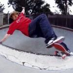 Skateboarder Christian HOSOI : smith grind dans une piscine / bol