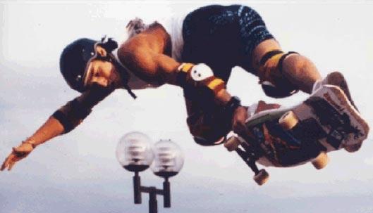 Skateboarder Christian HOSOI : rocket air dans un half pipe