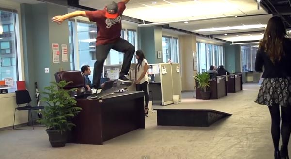Skateboarders au bureau à Chicago : Crook Grind