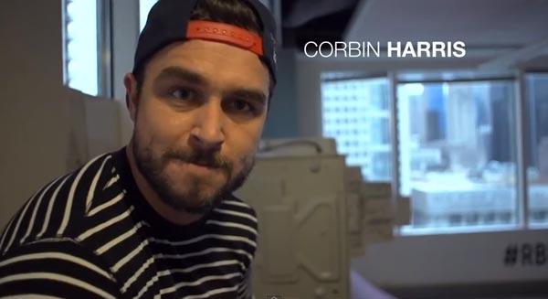Skateboarders au bureau à Chicago : Corbin Harris