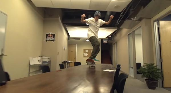 Skateboarders au bureau à Chicago : manual wheeling