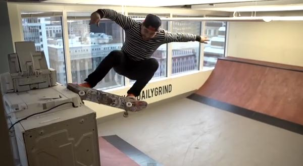 Skateboarders au bureau à Chicago : grind five O
