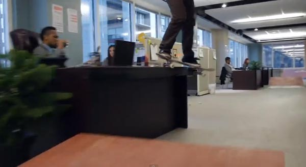 Skateboarders au bureau à Chicago : smith grind backside