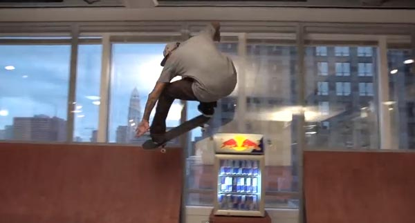 Skateboarders au bureau à Chicago : ollie transfert