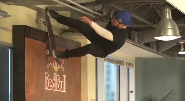 Skateboarders au bureau à Chicago : lipslide sur le wall