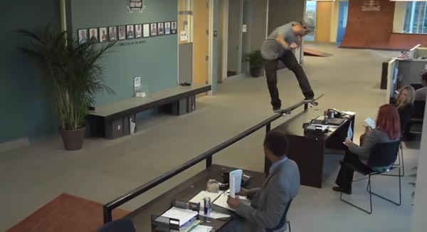 Skateboarders au bureau à Chicago : lipslide backside