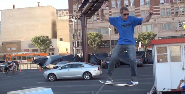 "Huvr Board : skateboard volant de ""Retour vers le futur"" : Tony Hawk en 540°"