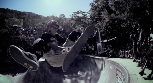 bowl de skate de Pedro Barros à Florianópolis au Brésil : Aerial flip catch