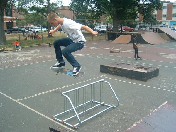 ollie par dessus une barriere crs police skate