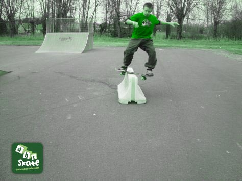 skatepark sancoins : board slide curb