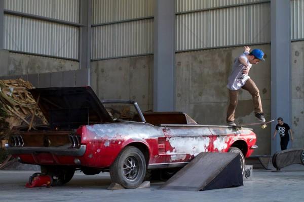 madenom skateboard : tail slide mustang