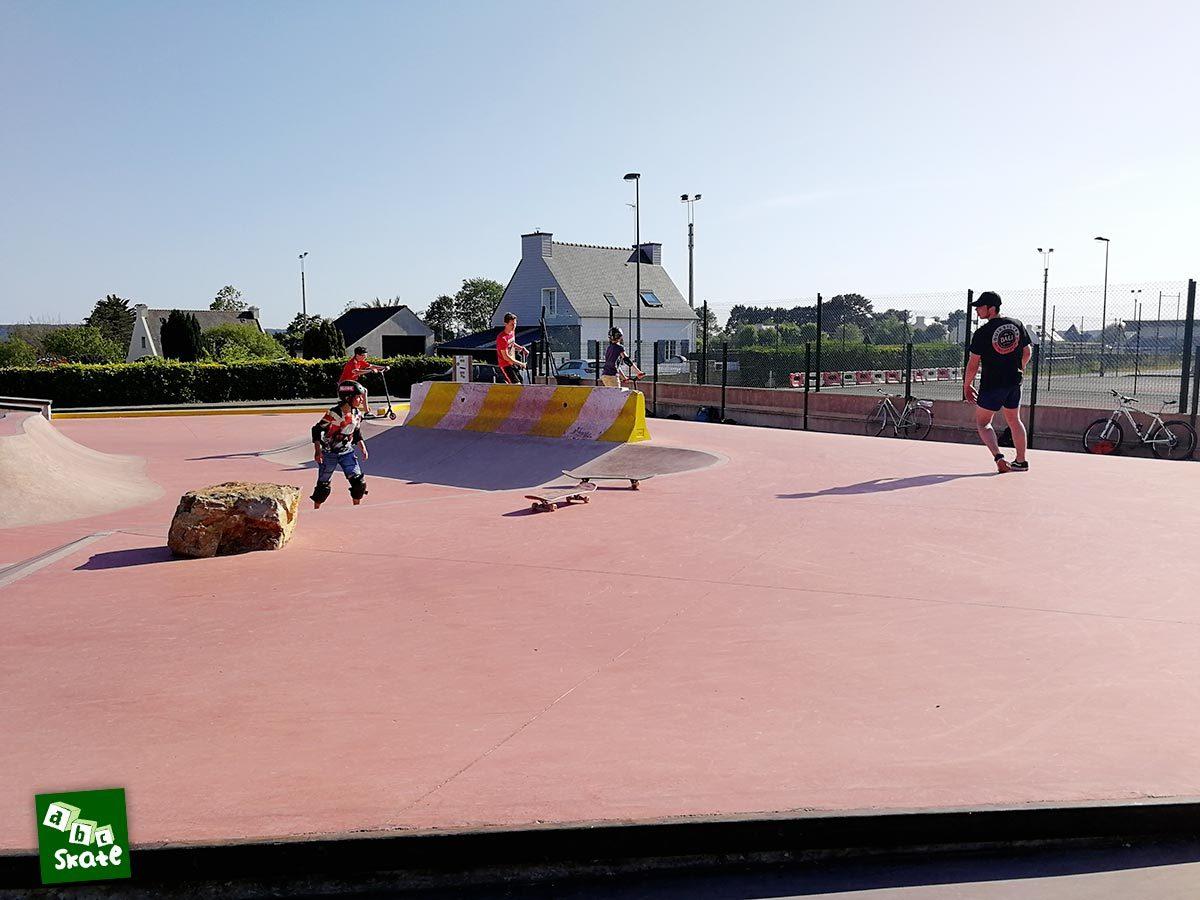 Skatepark de Crozon : plateforme avec rocher et wall de signalisation
