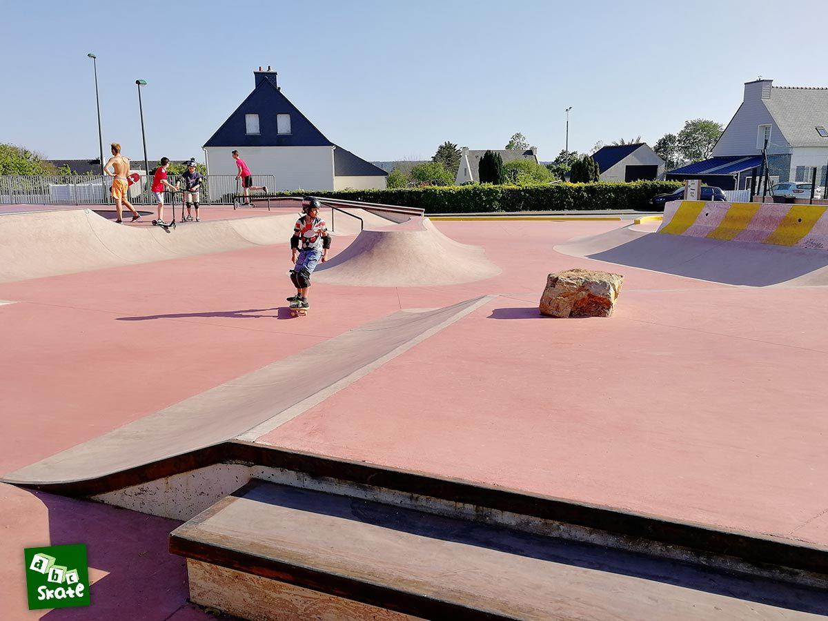 Skatepark de Crozon : plateforme avec rocher et ilot central