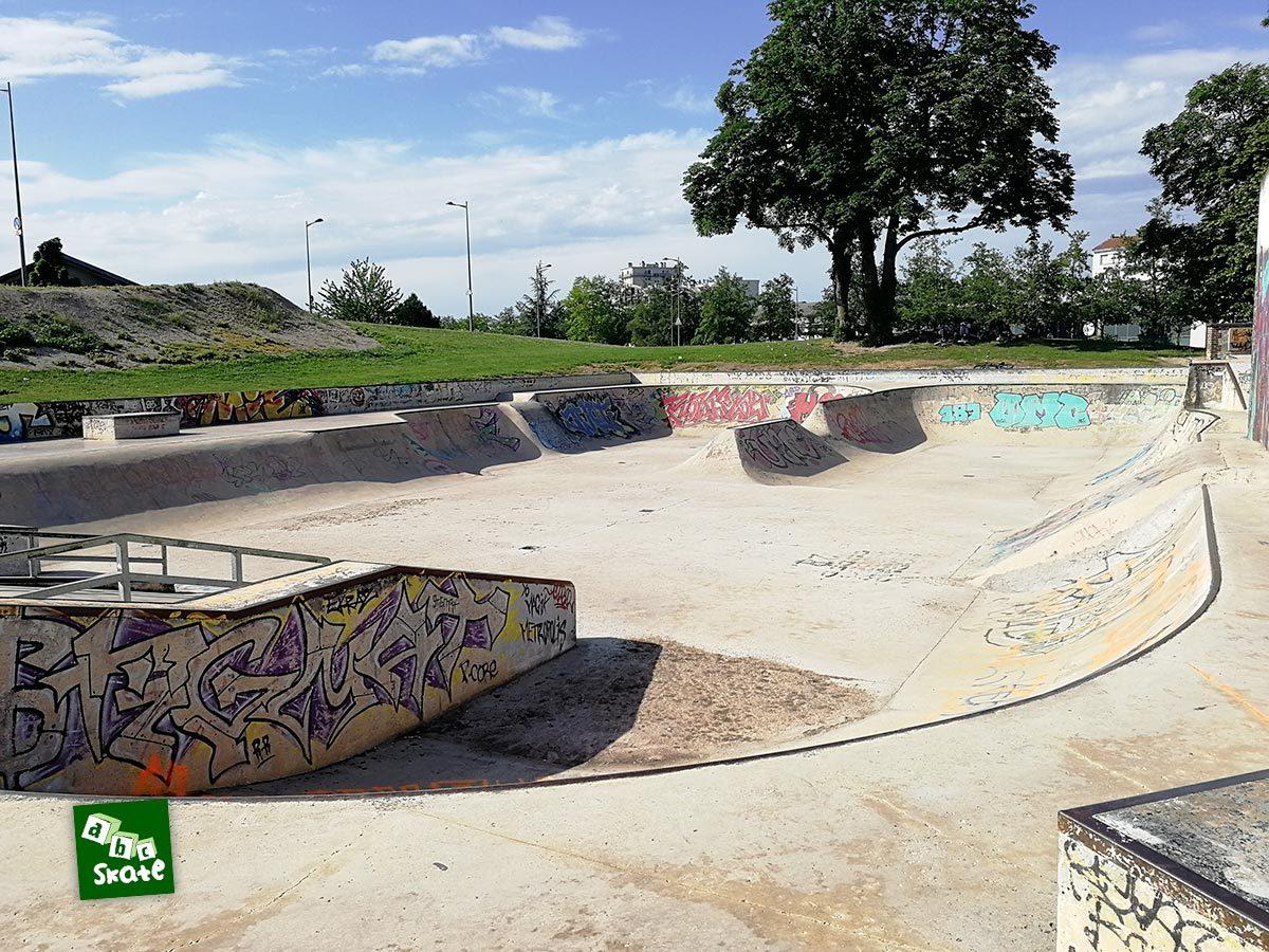 Skatepark de Troyes : vue d'ensemble avec rails et curbs