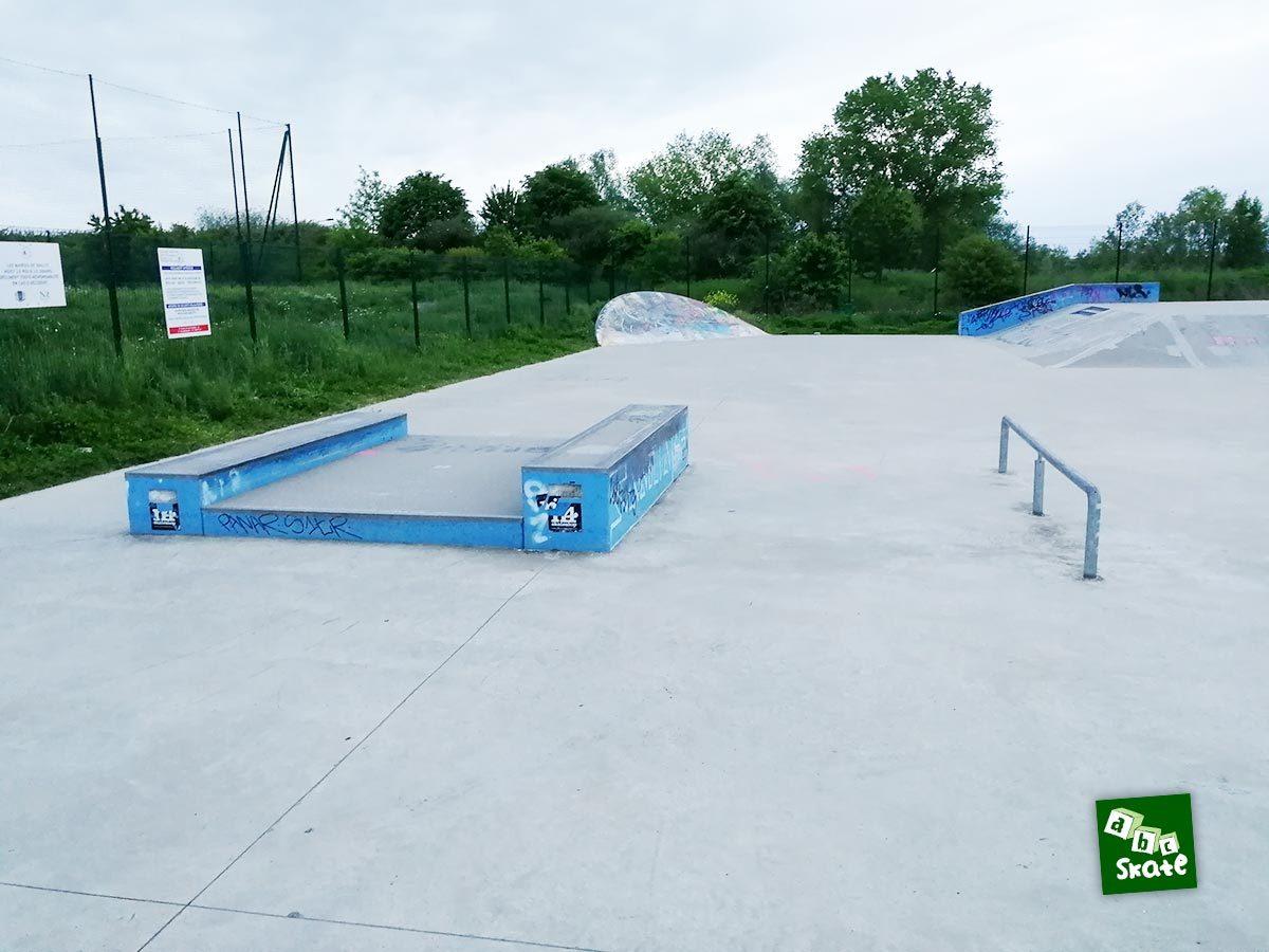 Skatepark de Noisy-le-Roi : table avec curbs, rail, plan incliné arrondi et plateforme
