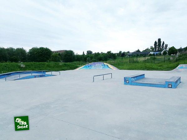 Skatepark de Noisy-le-Roi : table avec ledges, rail, funbox, courbe et double quarter