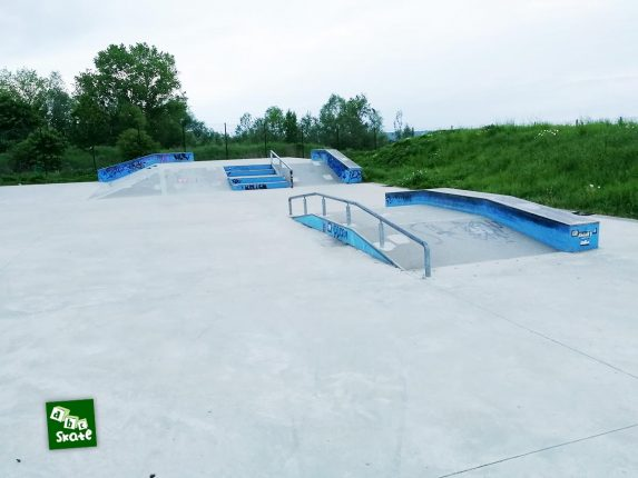 Skatepark Noisy-le-Roi : funbox avec rail et ledge