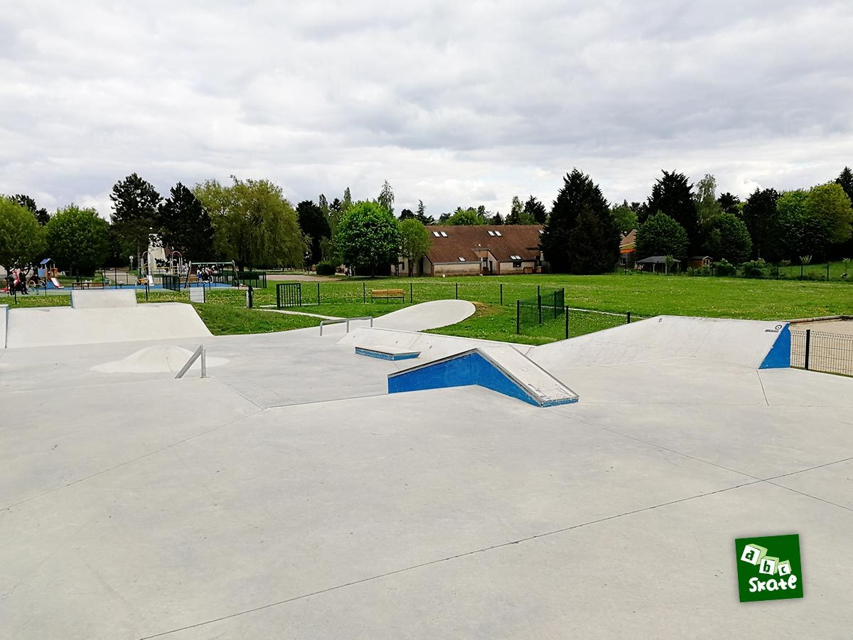Skatepark Saint-Nom-La-Bretèche : curb, rail et plan incliné