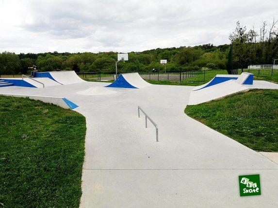Skatepark Saint-Nom-La-Bretèche : rail et rampes double spine