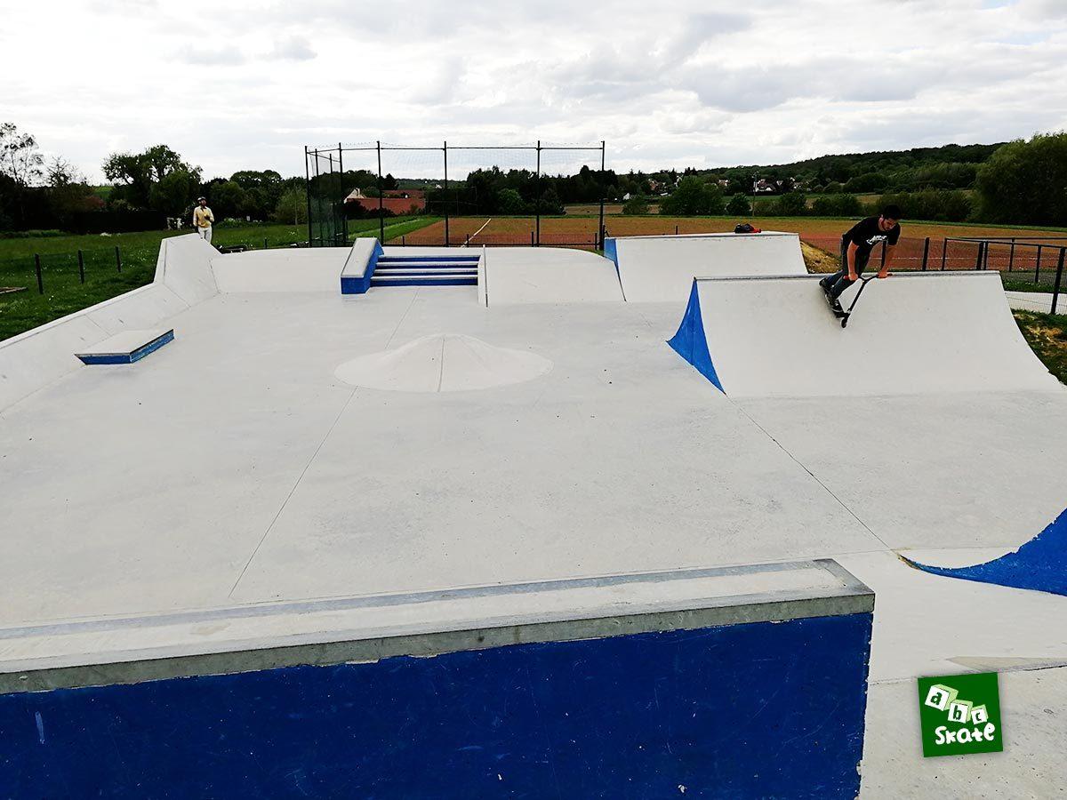 Skatepark Saint-Nom-La-Bretèche : vue d'ensemble depuis le plan incliné