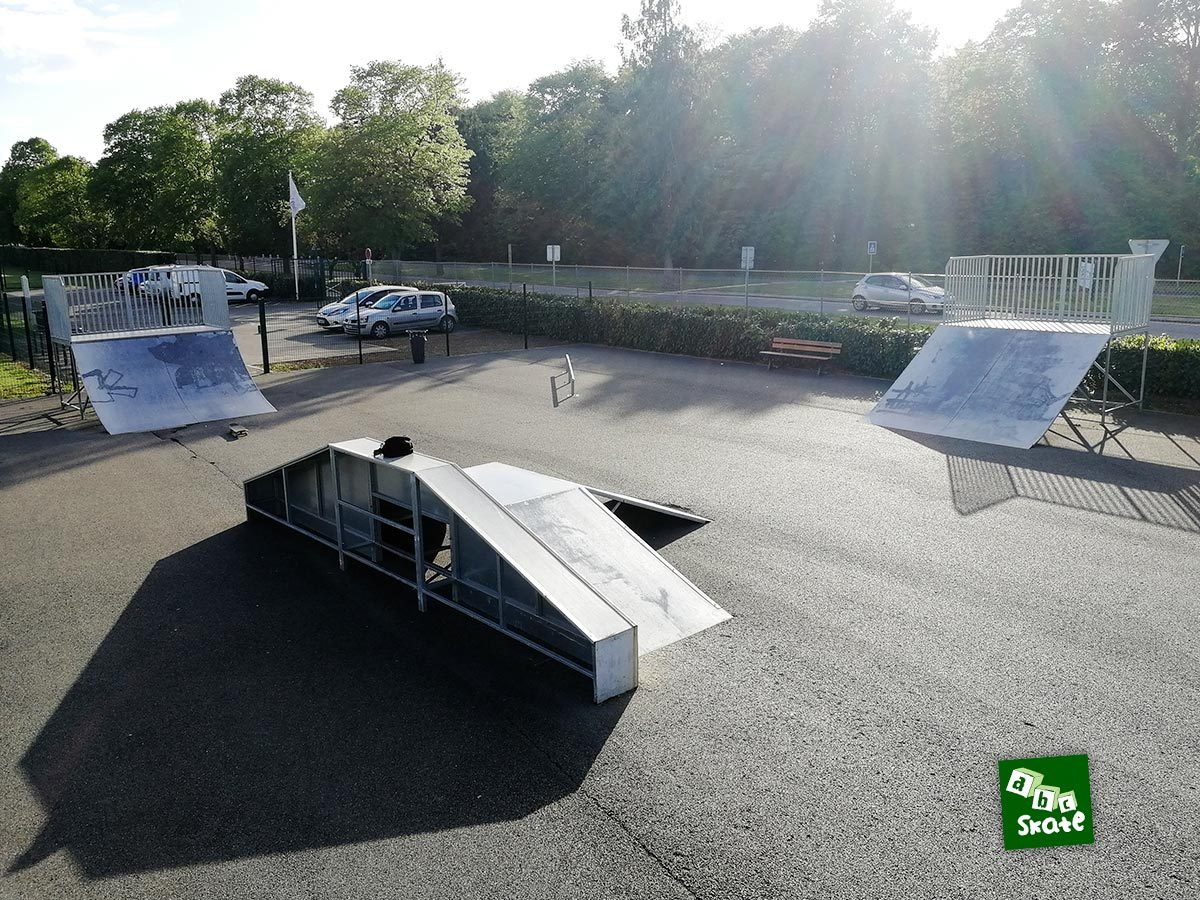 Skatepark Villepreux : ensemble depuis la rampe, funbox, plan incliné et quarter