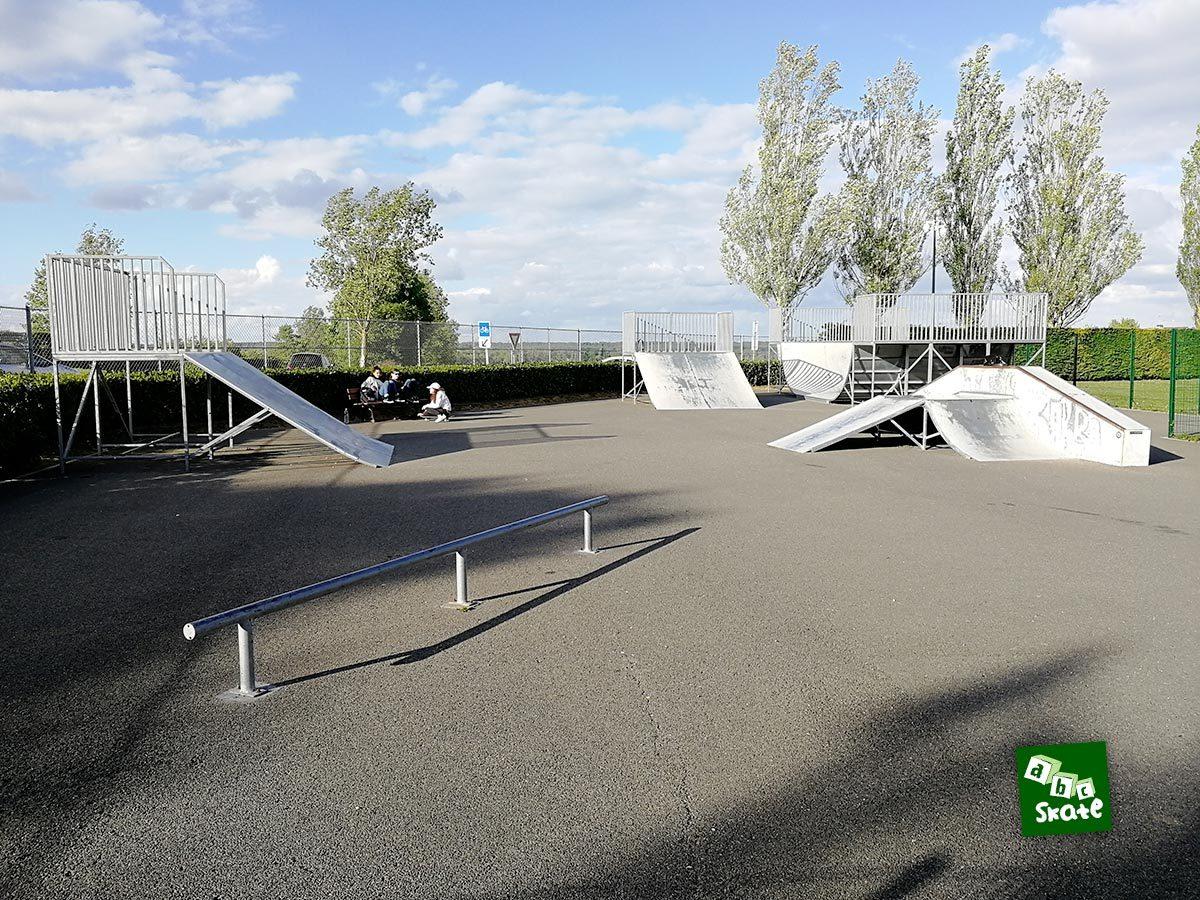 Skatepark Villepreux : rail et ensemble du skatepark