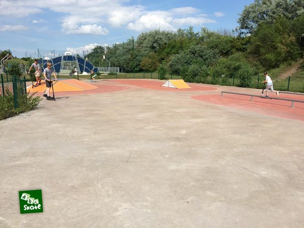 Skatepark de Carrières-sous-Poissy : funbox, rail et spine